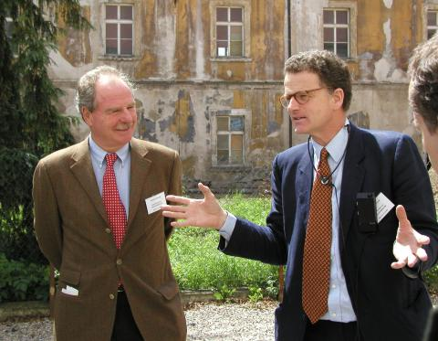 Dr. Thomas Thun (vpravo) s bratrancem Friedrichem Thunem na fotografii z roku 2002. Snímek byl pořízen na nádvoří tehdy ještě zchátralého zámku u příležitosti mezinárodní konference, která se zabývala jeho kulturní a historickou hodnotou v kontextu střední Evropy.